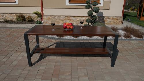Moderní zahradní stůl