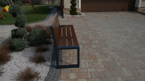 Moderní zahradní lavička s opěradlem