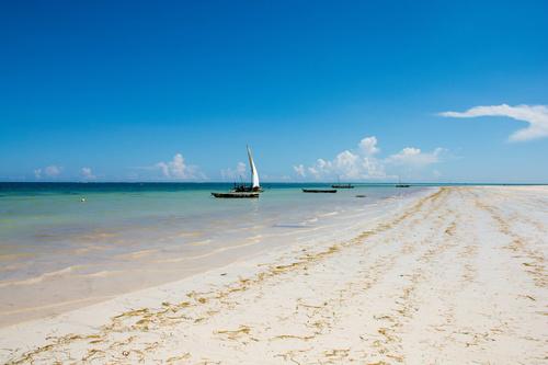 Fototapeta Sunny Keňa, pláž, loď, slunce, písek, plachetnice, odstíny modré, modrá obloha