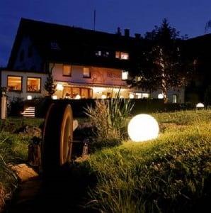 Zahradní lampa Luna ball 30 cm, dekorativní koule, svítící zahradní koule, bílá, lesklá small 1