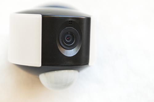 Venkovní nástěnná lampa s vestavěnou kamerou, snímačem pohybu a reproduktorem Lutec ARA