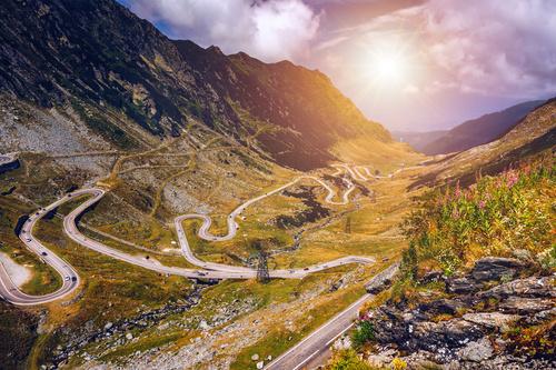 Fototapeta Transfagarasan road, Rumunsko, velkolepá cesta v horách, léto, sluneční paprsky