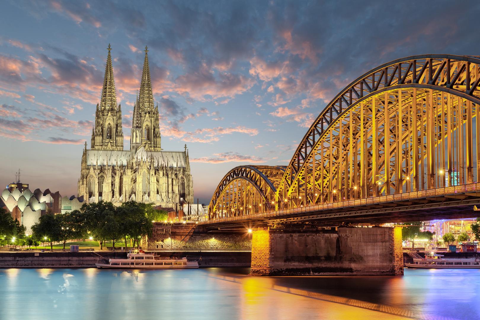 Kolín nad Rýnem - nástěnná malba Kolínská katedrála, Německo, západ slunce, most přes řeku Rýn, město v noci