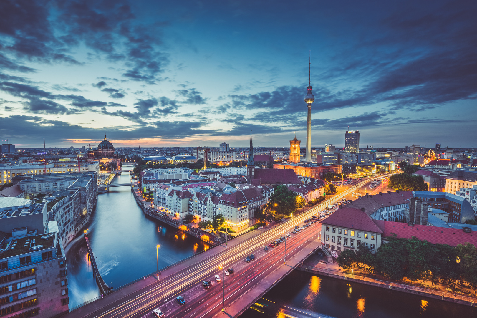 Fototapeta Berlín, letecký pohled na město, soumrak, osvětlení akcenty